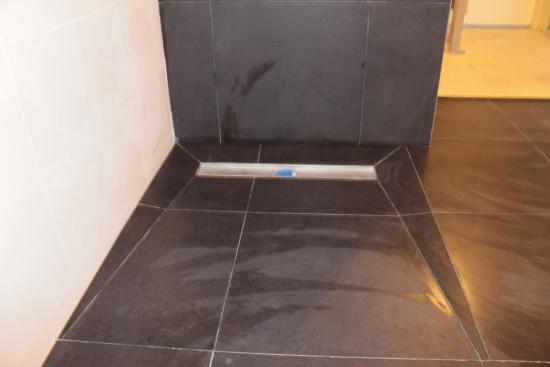 douche vloer in verstek getegeld, aflopend naar douche goot (1)