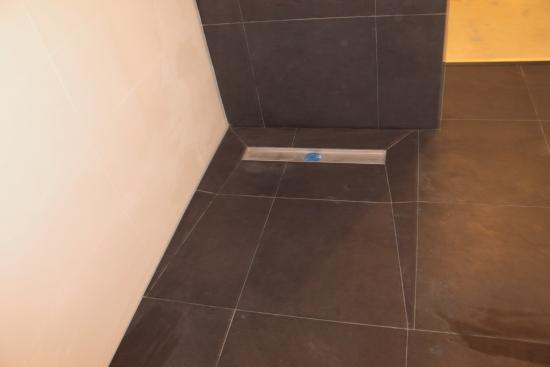 douche vloer in verstek getegeld, aflopend naar douche goot (2)
