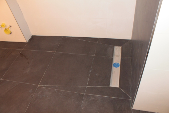 douche vloer in verstek getegeld, aflopend naar douche goot (3)