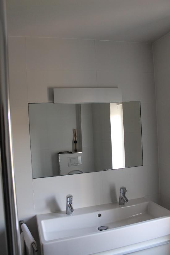 eind resultaat spiegel en wasmeubel